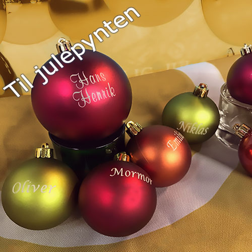Pynt julen op med graverede julekugler i forskellige farver